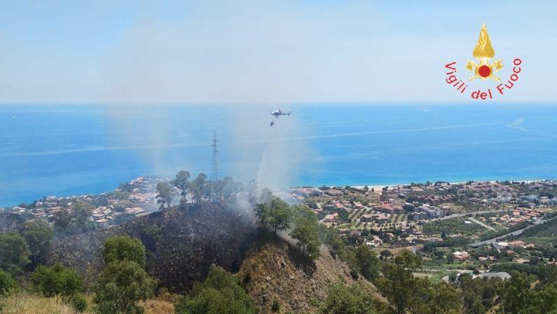Incendi, giornata intensa in provincia di CatanzaroDue roghi hanno minacciato abitazioni e stalle