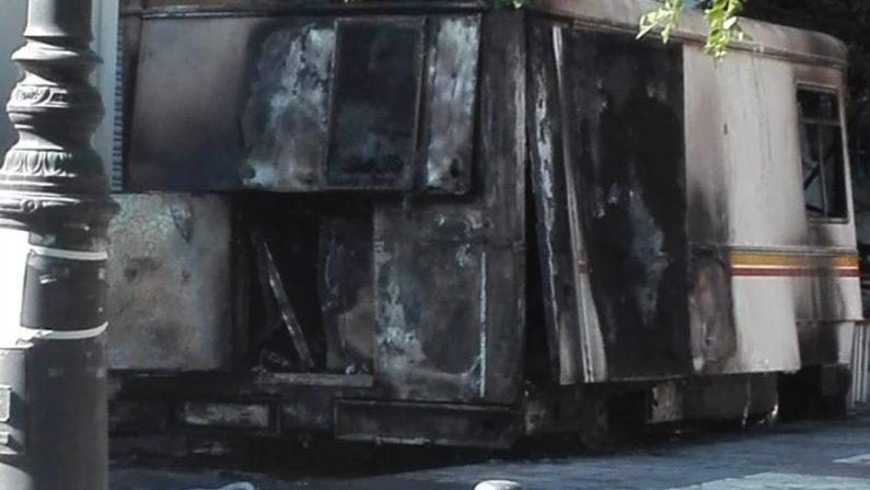 Incendio distrugge furgone per la vendita di alimentiIndagini della polizia a Vibo, danni ingenti