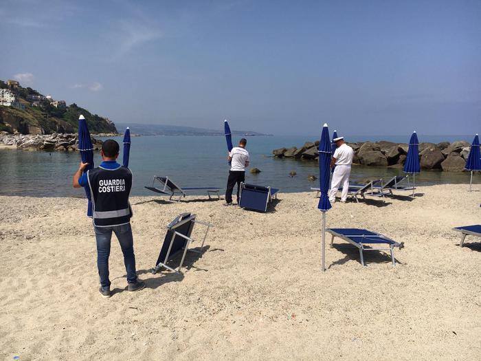 Ombrelloni e lettini sequestrati sulla costa viboneseSpiaggia occupata senza alcuna autorizzazione