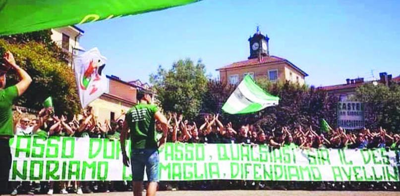 L'onda verde dei tifosi della Curva Sud ed Original Fans uniti contro De Cesare