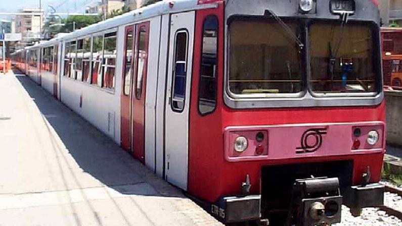 Baiano, treno deraglia in stazione