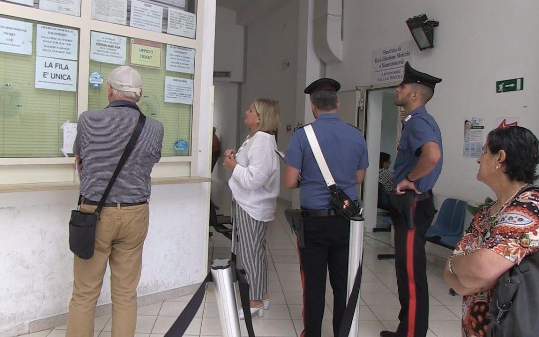 I carabinieri davanti lo sportello ticket di Vibo