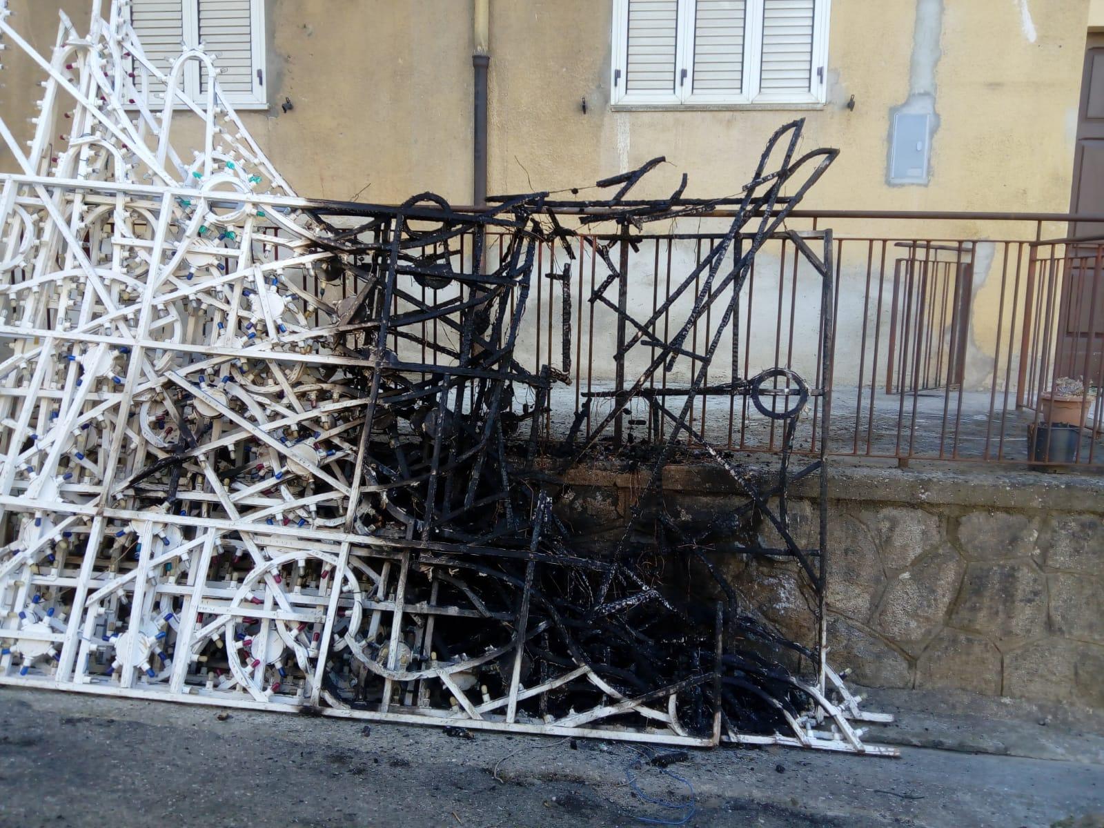 Bruciate le luminarie per la festa di San RoccoNella notte i danneggiamenti nel Vibonese, indagini