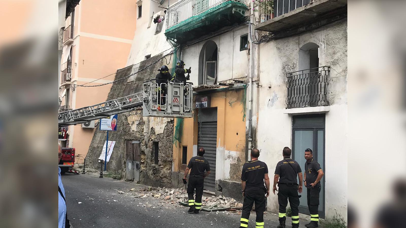 Disagi a Pizzo, camion si incastra sotto un balconeVigili del fuoco costretti a demolire parte della costruzione