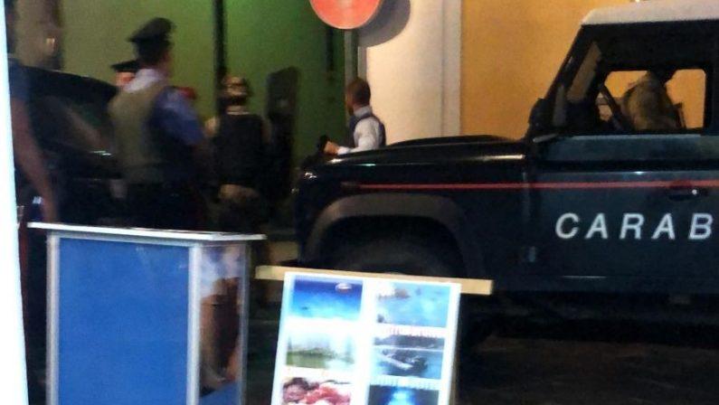 Carabinieri con giubba antiproiettile e mitra in piazzaAttimi di tensione a Pizzo, ritrovata una donna scomparsa