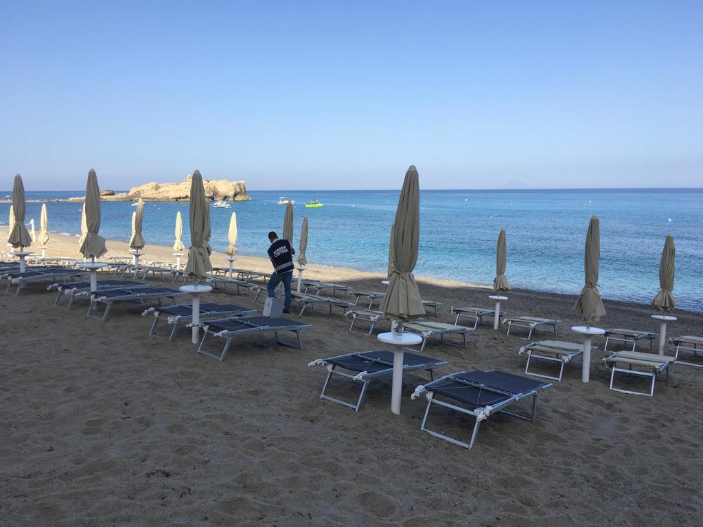 Ricadi, sgomberate le spiagge della baia di RiaciLa Guardia Costiera rimuove gli ombrelloni dei lidi