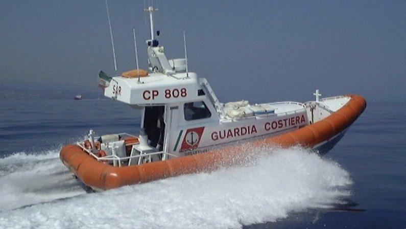 Barca a vela intercettata al largo della Locride, giunti settanta migranti
