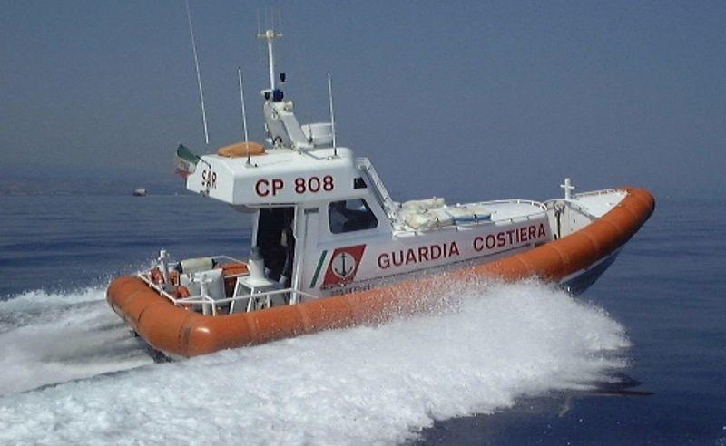 Barca rischia di affondare nel golfo di Sant'Eufemia  La guardia costiera salva le due persone a bordo