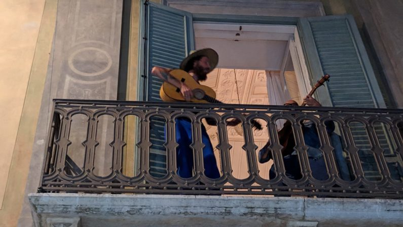 Jovanotti a Bernalda suona dal balcone del palazzo di Francis Ford Coppola | VIDEO