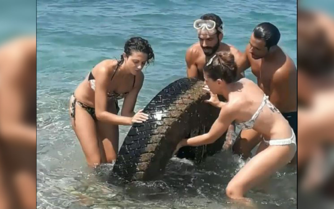 Un'enorme ruota di trattore ripescata dal mare a Bivona  L'opera di ripulitura dei fondali da parte di alcuni giovani