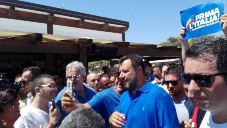 VIDEO - Salvini a Policoro, scambio di battute tra oppositori e sostenitori