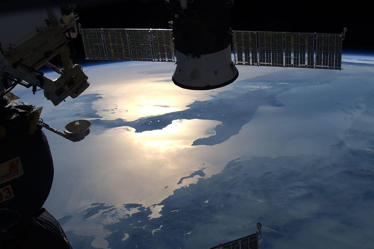 """La splendida foto della Calabria """"Baciata dal sole""""  Lo scatto dallo spazio dell'astronauta Luca Parmitano"""