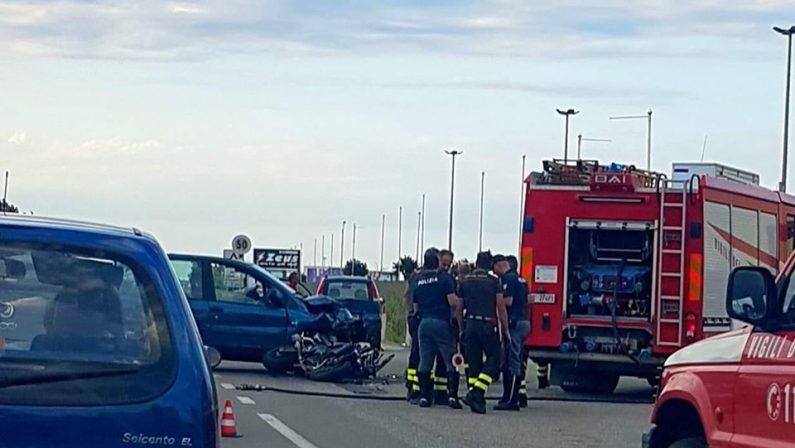 Trentenne muore in un incidente stradale a CrotoneScontro tra una moto e una vettura sulla statale 106