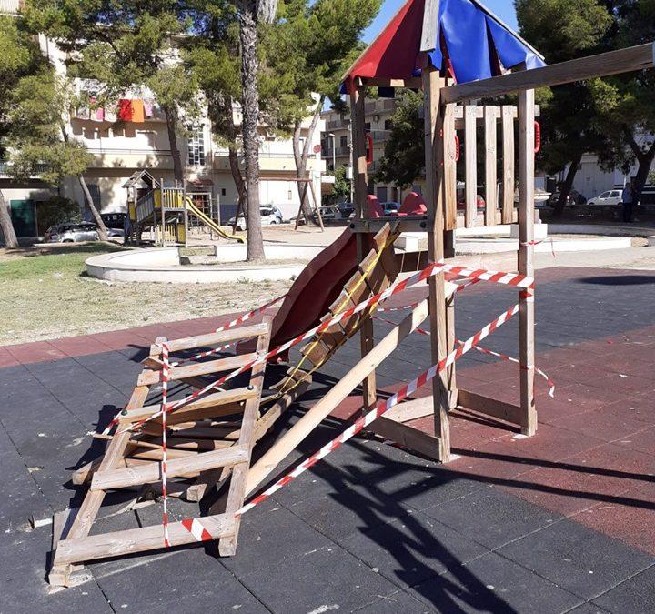 Ignoti danneggiano il parco giochi di Cutro  Avviate le indagini. Sindaco: «Gesto inqualificabile»