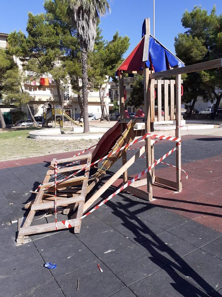 Ignoti danneggiano il parco giochi di CutroAvviate le indagini. Sindaco:«Gesto inqualificabile»