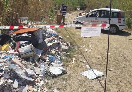 Ambiente, discarica abusiva vicino la spiaggiaSequestrata area di mille metri quadri a Pizzo
