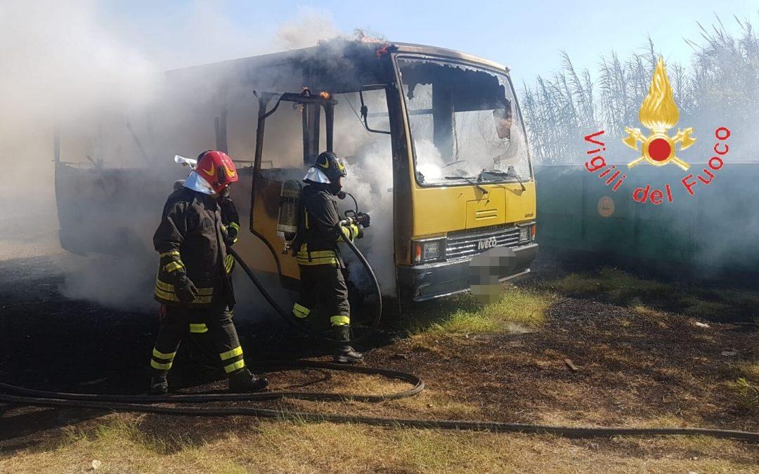 Due scuolabus distrutti da un incendio nel Catanzarese  Gli automezzi erano parcheggiati in un'area del Comune