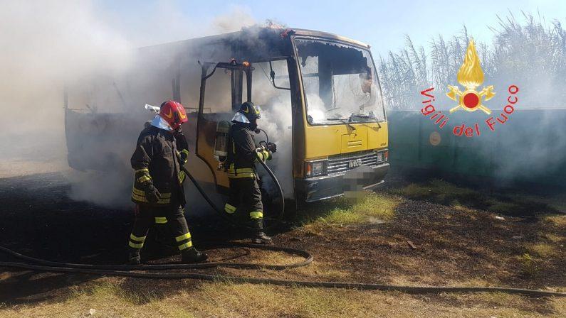 Due scuolabus distrutti da un incendio nel CatanzareseGli automezzi erano parcheggiati in un'area del Comune