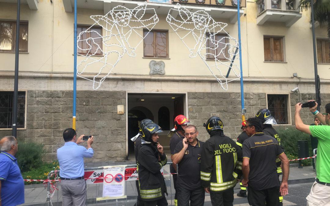 Paura ad Avellino: bombolette esplosive davanti al Vescovato: tre feriti