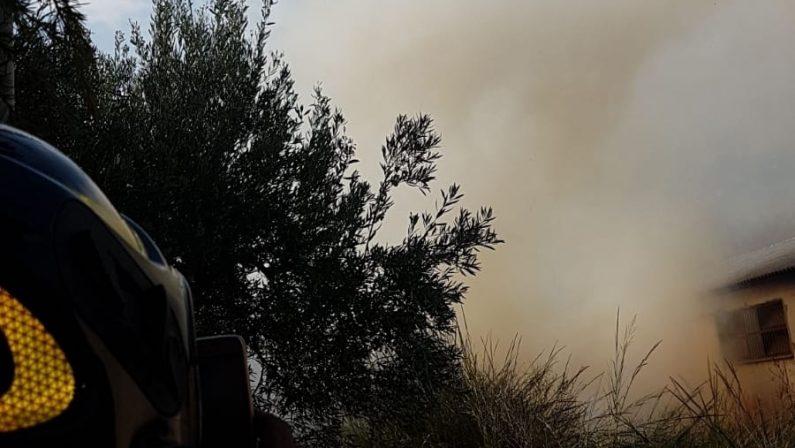 Incendio minaccia case e un capannone industrialeOre di paura a Catanzaro. Chiusa la statale 280