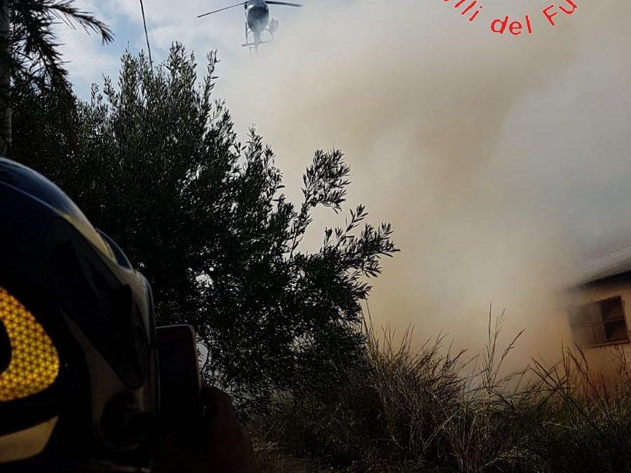 Incendio minaccia case e un capannone industriale  Ore di paura nella zona periferica di Catanzaro