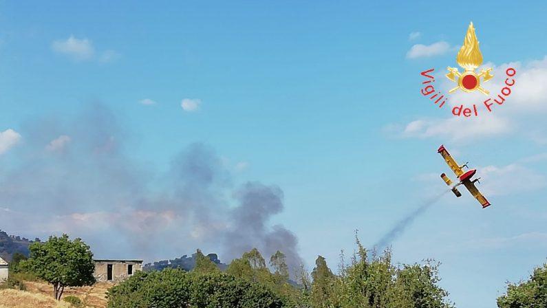Incendio sulla costa ionica del CatanzareseAllarme anche tra i bagnanti, lambite abitazioni