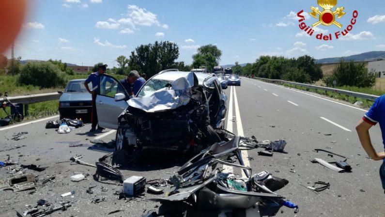 Scontro frontale sulla Basentana, feriti graviI due conducenti sono morti dopo alcune ore