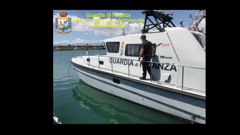 Barca resta incagliata sugli scogli nel CosentinoSei persone salvate dalla guardia di finanza