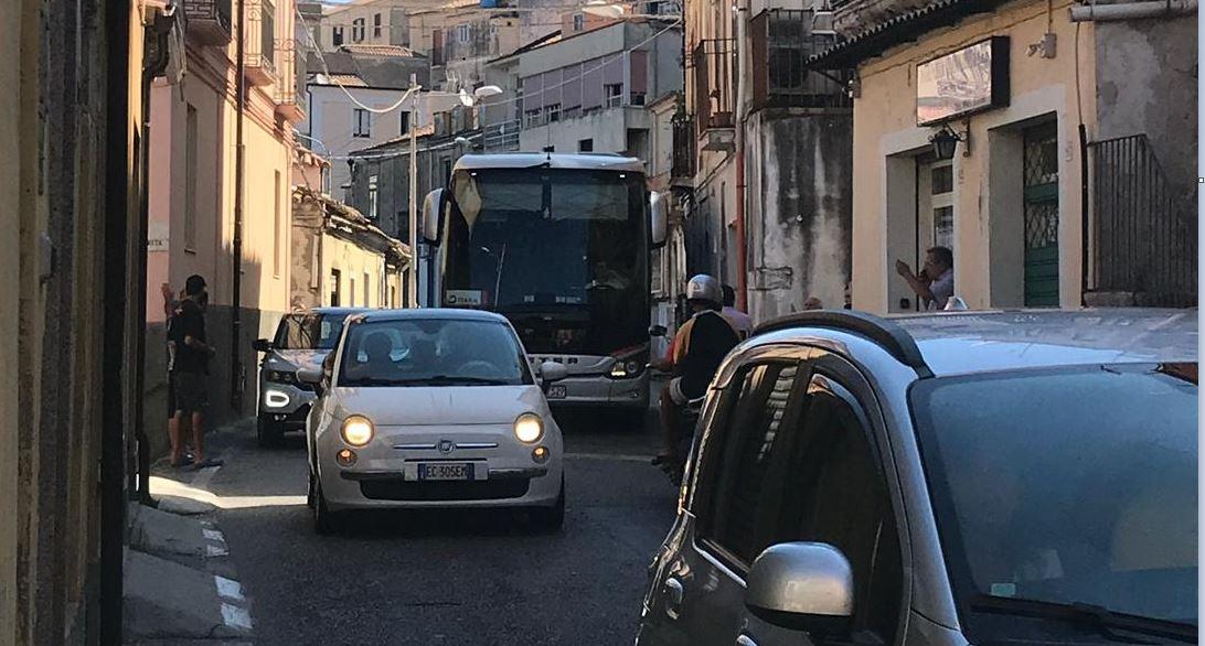 Autobus turistico bloccato tra le vie strette di PizzoTraffico in tilt, carabinieri e residenti aiutano l'autista