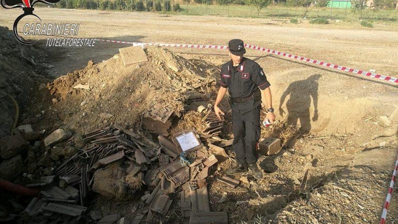Smaltivano rifiuti sotterrandoli nel CosentinoDenunciate tre persone sorprese a scavare