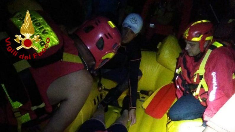 Donna incastrata nelle rocce mentre fa rafting, intervengono i vigili del fuoco