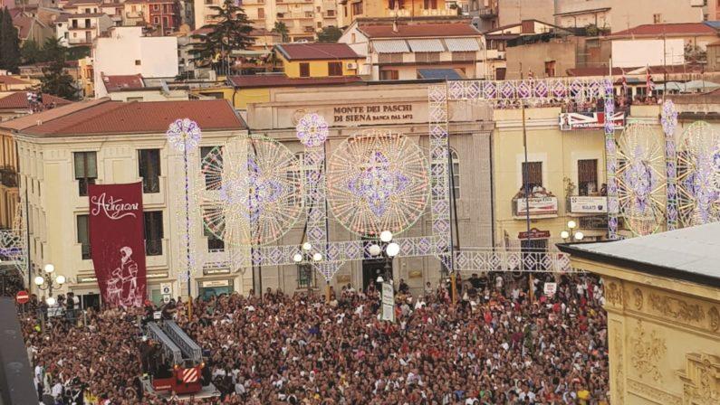 La storia di Palmi radicata nella tradizione della VariaFolla umana per assistere all'evento del rito religioso