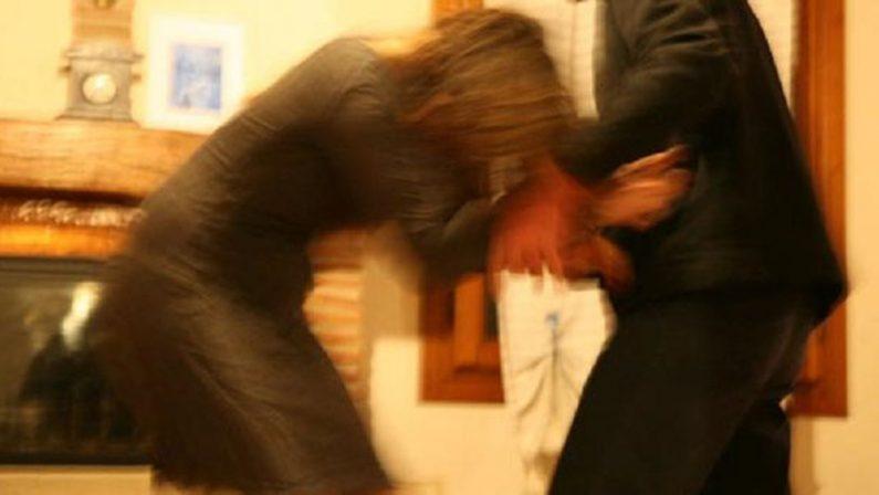 Picchia l'ex moglie e la minaccia con un'ascia, arrestato 32enne