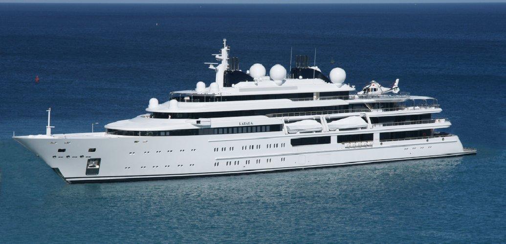 Yacht dell'emiro del Qatar nel porto di CrotoneL'uomo ospite in un ristorante canta con Cammeriere