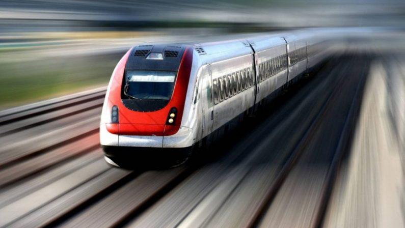 Pigiati in aereo e nei treni regionali, distanziamento solo nell'Alta velocità