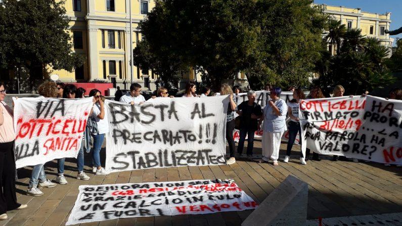 La rabbia dei precari della sanità, in piazza a Catanzaro per chiedere certezze - FOTO