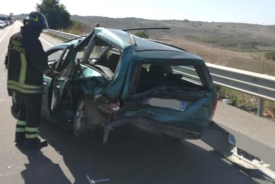 Incidente sulla statale 106 a Crotone, due persone ferite e traffico bloccato