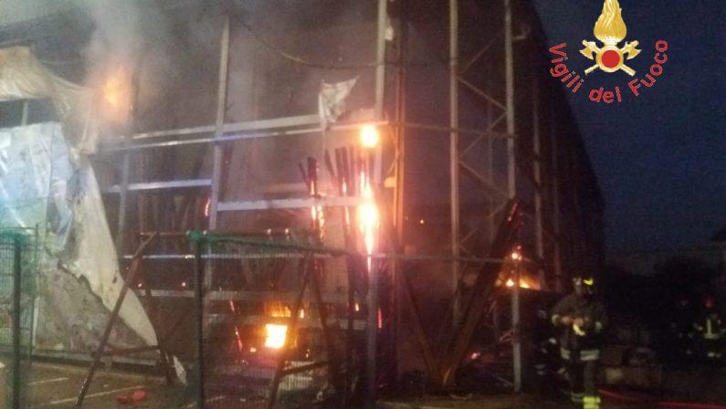 In fiamme area esterna al centro Brico Ok di Squillace