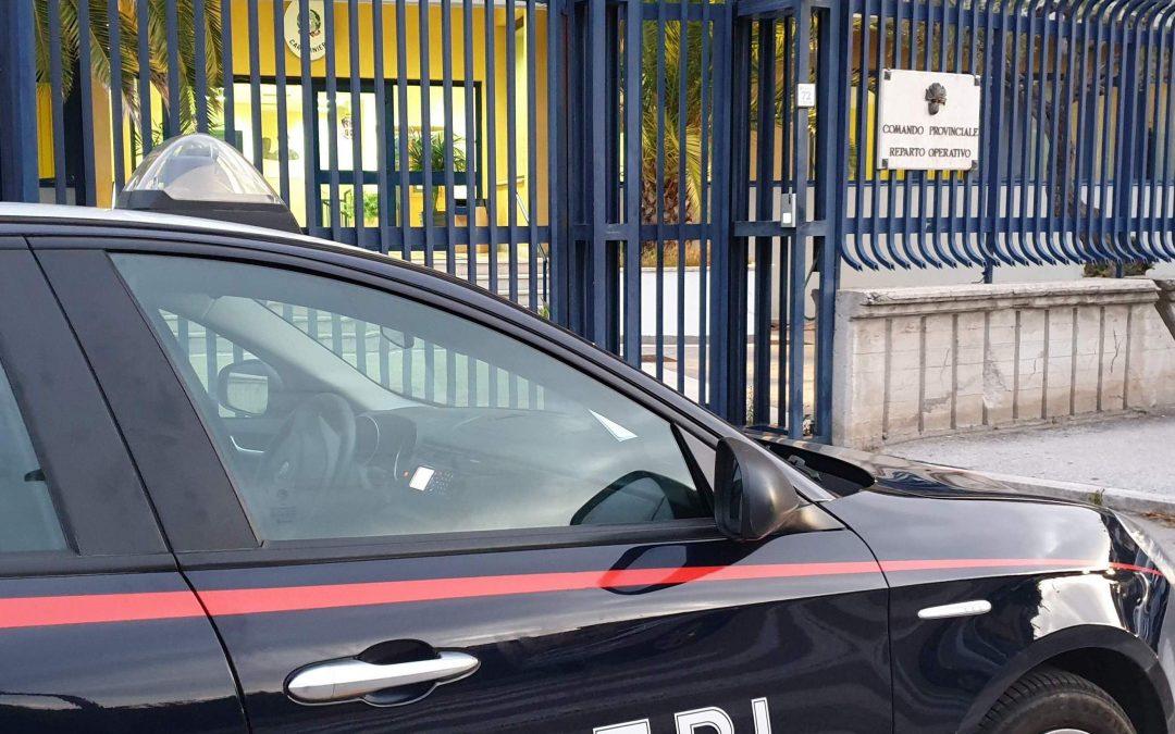 Ruba uno smartphone in un'auta in sosta, 28enne denunciato