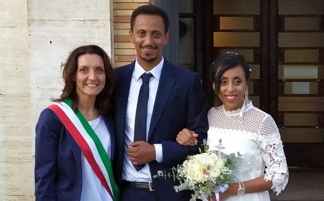 La storia di Yosief e Feven e l'incontro con la dirigente della Questura di Vibo.Giovanidivisi dal lavoro ma ora sposi