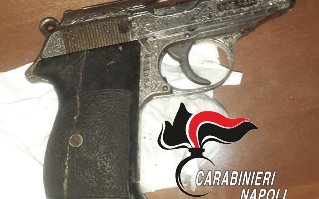 Nasconde una pistola in un vaso ma viene notato dai carabinieri. 32enne arrestato