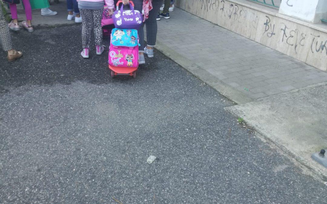 Preservativi usati gettati davanti ad una scuola, sconcerto a Vibo
