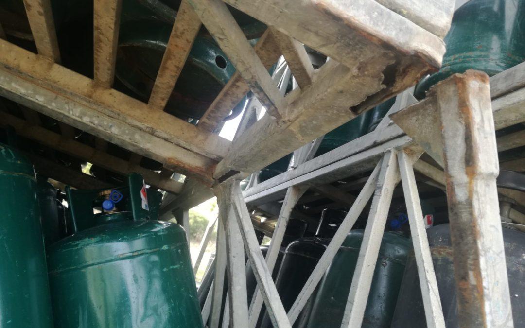 Si rompono le sponde del tir che trasporta bombole ma la Penitenziaria sventa il rischio incidente sull'A2