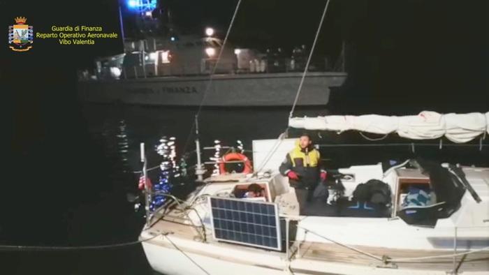 Crotone, intercettata una imbarcazione con a bordo 33 persone di cui 31 migranti
