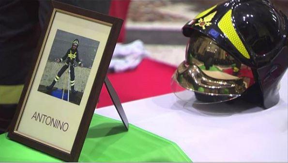 Vigili del fuoco morti, al funerale il lungo applauso dell'Italia per Nino e i suoi colleghi