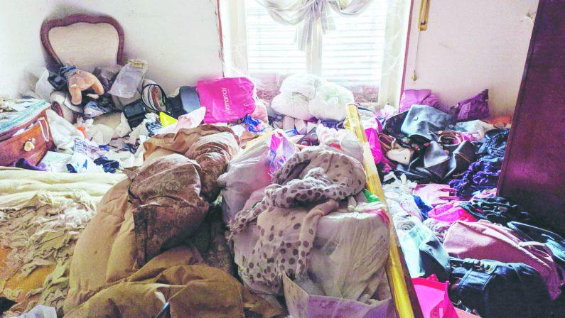 Abbandonata e sepolta dai rifiuti in casa, aperta un'inchiesta