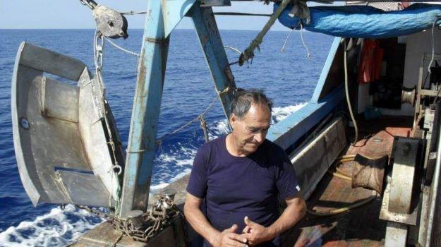 Tragedia in riva al mare, pescatore schiacciato da un masso nel lido di proprietà del figlio