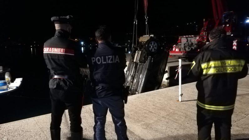 Villa San Giovanni: cade con l'auto in mare, un agente di polizia si tuffa e lo salva