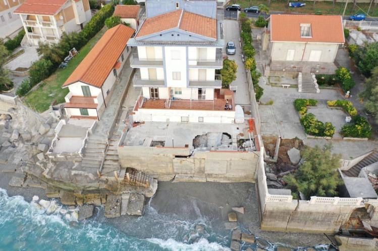Il mare minaccia un palazzo, sgomberata una palazzina di otto appartamenti a Fuscaldo FOTO