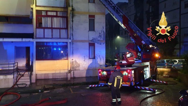 Incendio in appartamento a Catanzaro. L'intervento dei vigili del fuoco